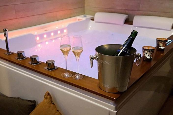 La Petite Maison - Balnéo bain à remous baignoire double - Les Échappées Romantiques - Chambres d'hôtes de charme près de Nantes en Loire-Atlantique (44)